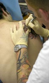 Proceso de elaboración de un tatuaje en la tienda A&T de Donostia.